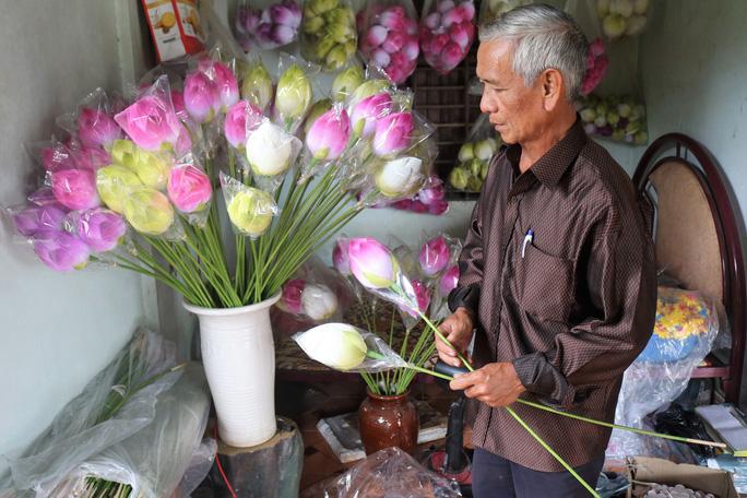 Độc đáo ngôi làng 300 năm làm hoa giấy ở Huế - Ảnh 2.