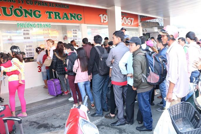 Khách xếp hàng đông nghẹt, chờ mua vé ở Bến xe Miền Tây - Ảnh 3.