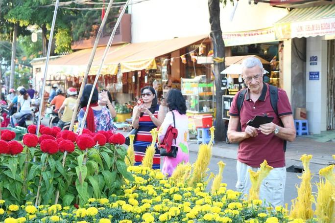 Đường hoa nghệ thuật Cần Thơ rực rỡ khi được lắp 80.000 chậu hoa tươi - Ảnh 8.