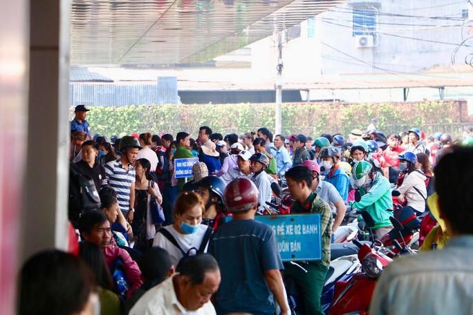 Khách xếp hàng đông nghẹt, chờ mua vé ở Bến xe Miền Tây - Ảnh 4.