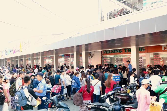 Khách xếp hàng đông nghẹt, chờ mua vé ở Bến xe Miền Tây - Ảnh 1.