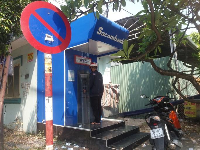 Chật vật rút tiền từ máy ATM ngày cận Tết - Ảnh 4.