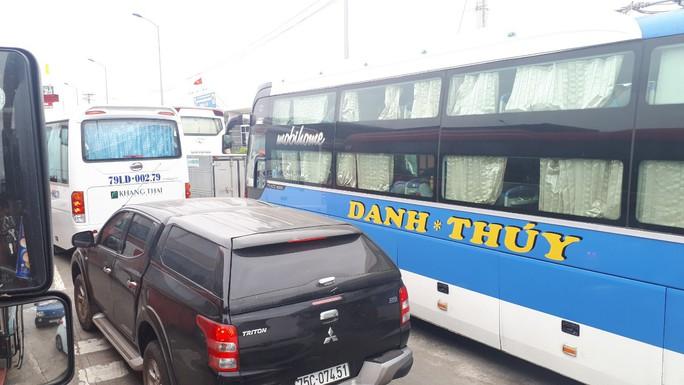 Trạm thu phí BOT Ninh Lộc trên Quốc lộ 1 tê liệt vì tài xế dừng xe - Ảnh 1.
