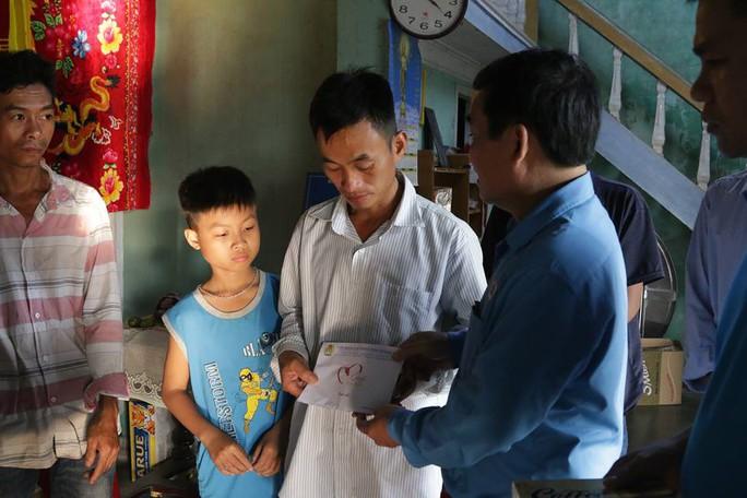 6 học sinh chết đuối: Bộ GD-ĐT, LĐLĐ Quảng Nam thăm hỏi gia đình các nạn nhân - Ảnh 4.