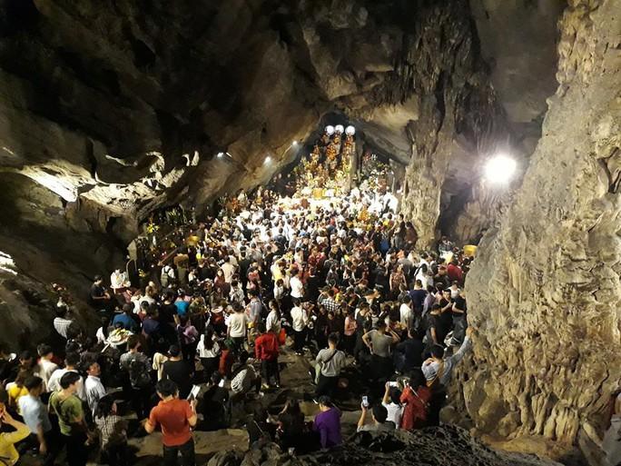 Hàng vạn người đổ về chùa Hương ngày khai hội - Ảnh 6.