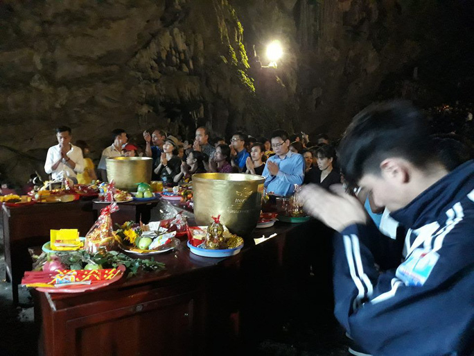 Hàng vạn người đổ về chùa Hương ngày khai hội - Ảnh 7.