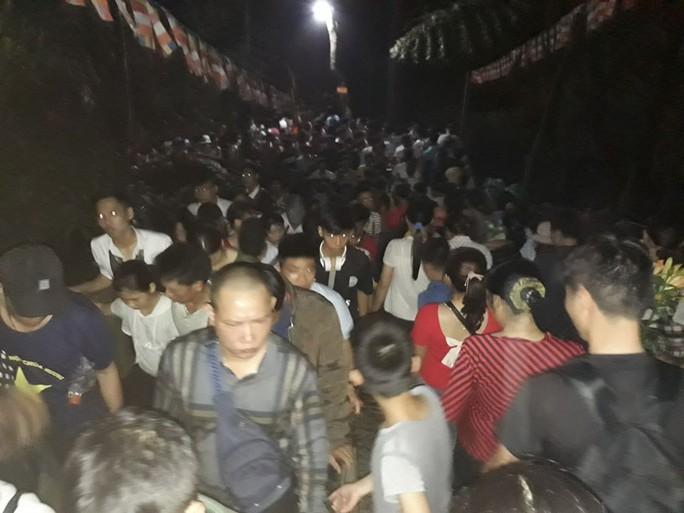 Hàng vạn người đổ về chùa Hương ngày khai hội - Ảnh 1.