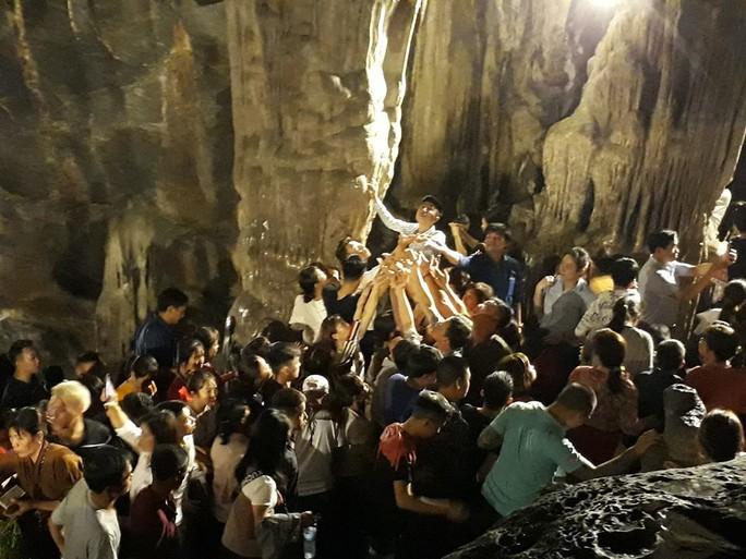 Hàng vạn người đổ về chùa Hương ngày khai hội - Ảnh 9.