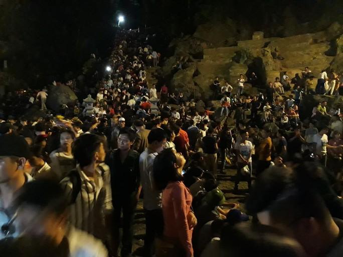Hàng vạn người đổ về chùa Hương ngày khai hội - Ảnh 10.