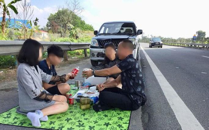 Phạt 5,5 triệu đồng, tước bằng 2 tháng tài xế tổ chức ăn uống trên đường cao tốc - Ảnh 1.