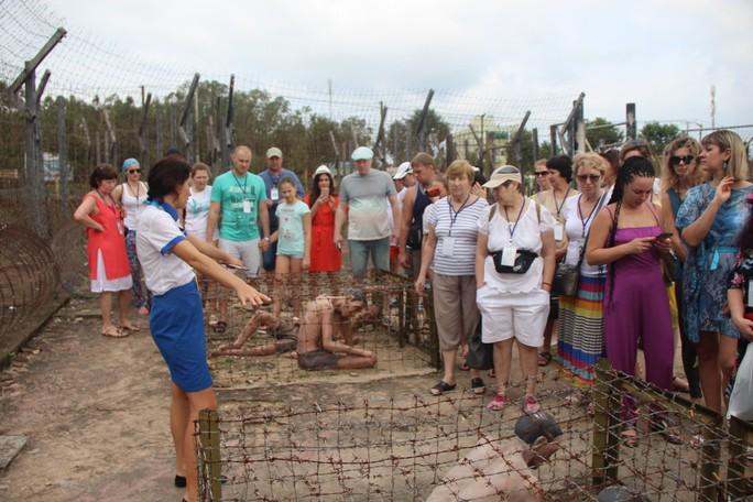 Đông nghẹt khách quốc tế tham quan Nhà tù Phú Quốc - Ảnh 4.