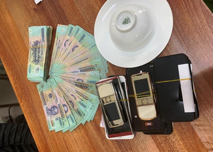 Liêp tiếp triệt phá 3 vụ đánh bạc lớn ngày Tết, thu giữ gần 400 triệu đồng - Ảnh 2.