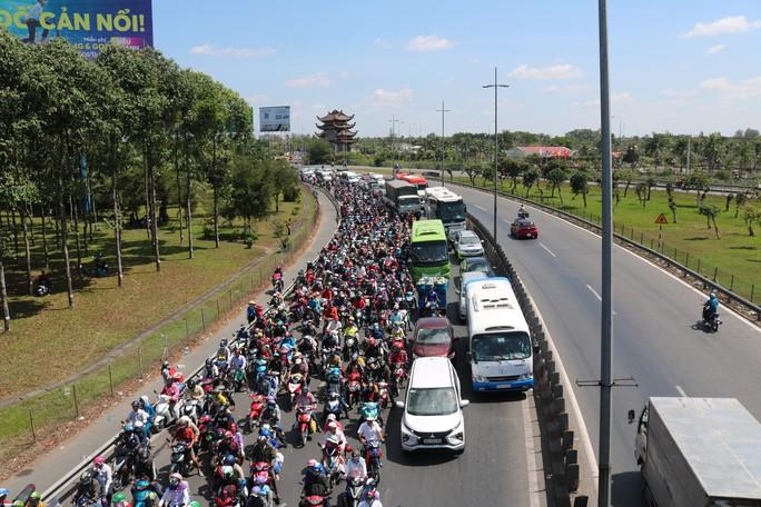 Kẹt xe cầu Mỹ Thuận gây khốn khổ cho khách ở... bến xe Cần Thơ - Ảnh 6.