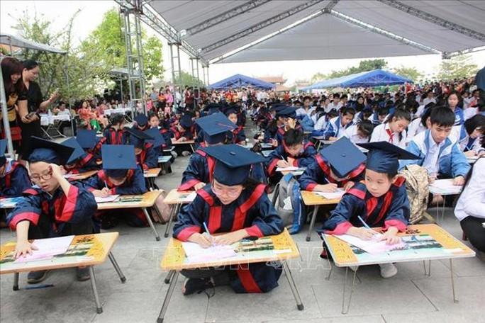 500 học sinh giỏi Hải Phòng khai bút đầu Xuân ở Khu tưởng niệm vương triều Mạc - Ảnh 1.