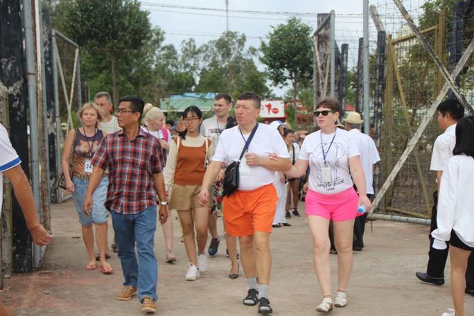 Đông nghẹt khách quốc tế tham quan Nhà tù Phú Quốc - Ảnh 6.