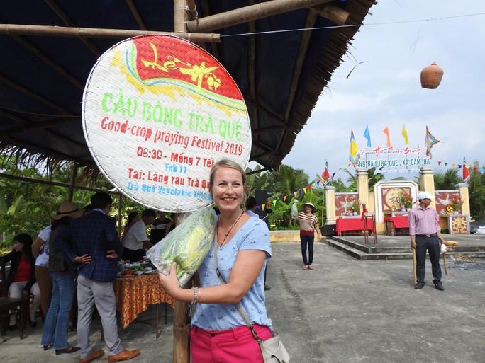 Du khách thích thú với lễ hội Cầu Bông làng rau Trà Quế - Ảnh 2.