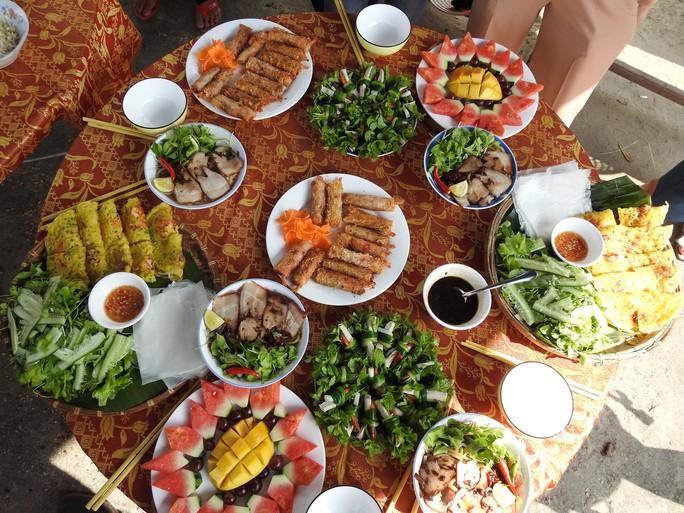 Du khách thích thú với lễ hội Cầu Bông làng rau Trà Quế - Ảnh 9.