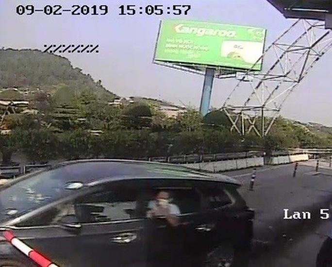 Bắt giam tài xế điều khiển ôtô vượt trạm thu phí Bến Thủy - Ảnh 1.