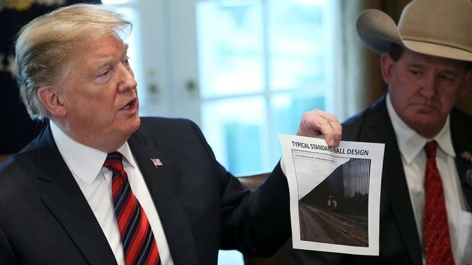 Ông Trump khoe tìm được 23 tỉ USD xây tường biên giới - Ảnh 1.