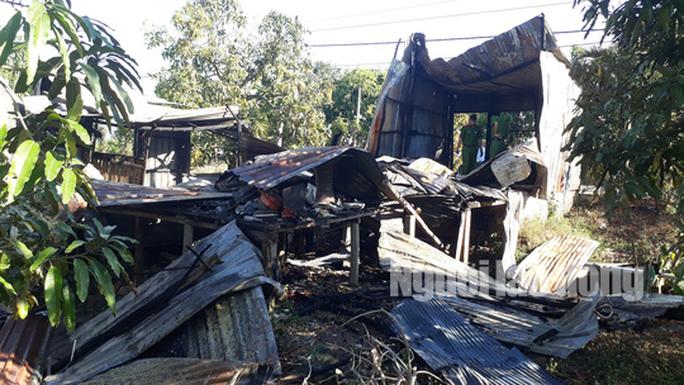 Cha và con 5 tuổi đi vắng, căn nhà cháy ra tro - Ảnh 1.