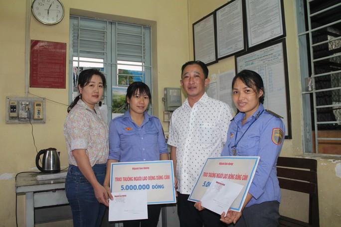 Báo Người Lao Động tặng quà 2 nữ nhân viên gác chắn cứu người - Ảnh 1.