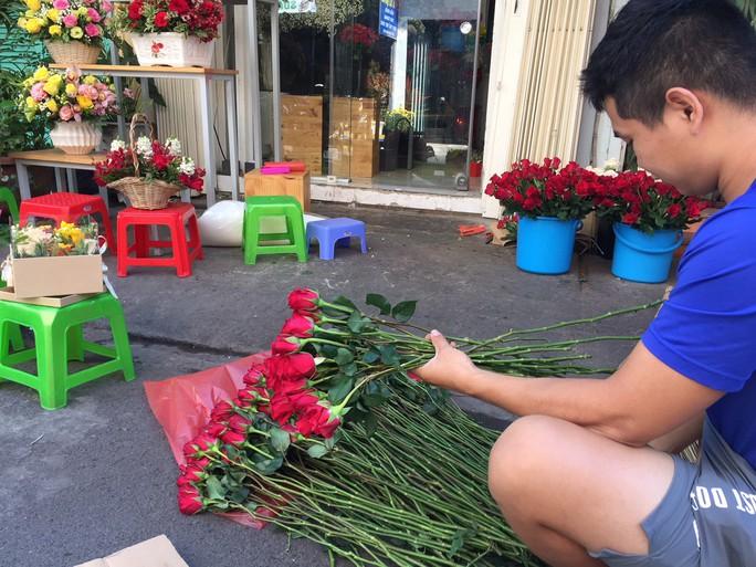 Chợ hoa Hồ Thị Kỷ đông nghẹt người trước ngày Valentine - Ảnh 12.