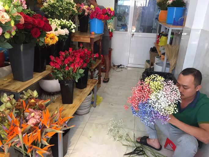 Chợ hoa Hồ Thị Kỷ đông nghẹt người trước ngày Valentine - Ảnh 11.