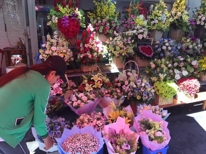 Chợ hoa Hồ Thị Kỷ đông nghẹt người trước ngày Valentine - Ảnh 2.