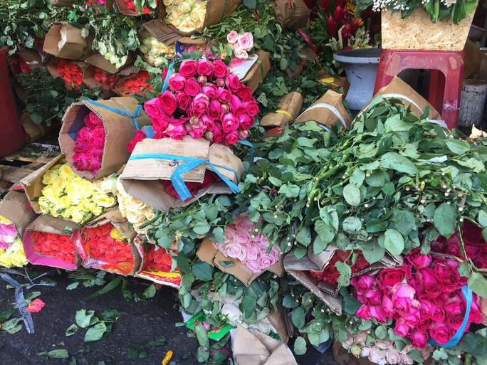 Chợ hoa Hồ Thị Kỷ đông nghẹt người trước ngày Valentine - Ảnh 14.
