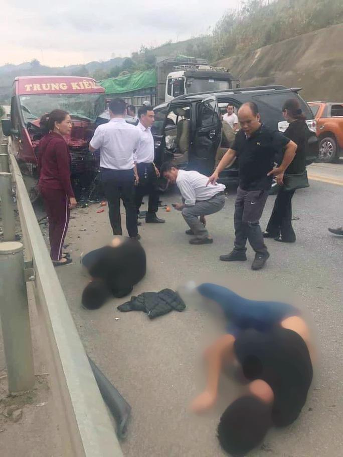 2 ôtô tông nhau kinh hoàng trên đường cao tốc Nội Bài-Lào Cai, 9 người bị thương - Ảnh 1.