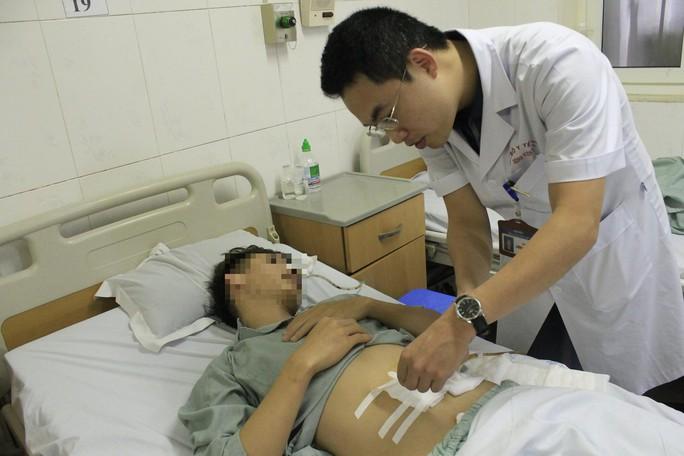 Sau bữa cơm bụi, nam thanh niên thủng ruột non vì xương cá - Ảnh 1.