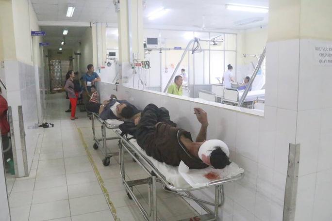 Xe khách lao vào nhà dân, 38 người bị thương, nhiều người nguy kịch - Ảnh 5.