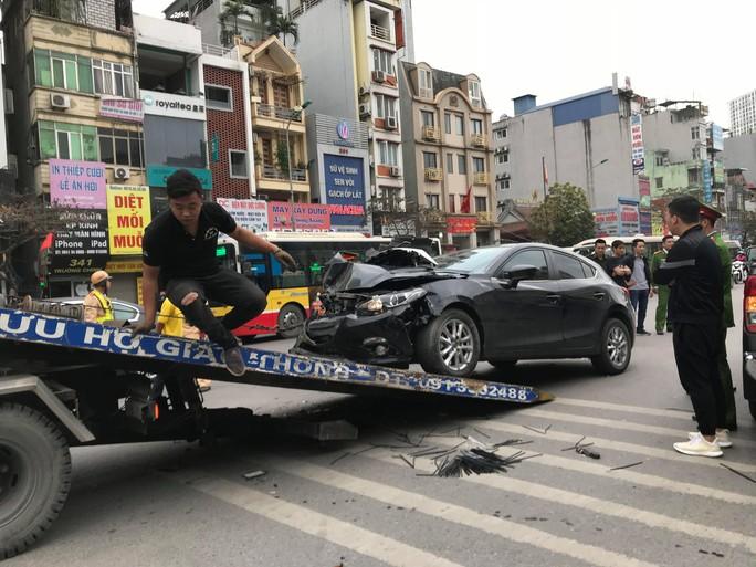 Ôtô Mazda tông liên hoàn nhiều phương tiện trên phố, 3 người bị thương - Ảnh 1.