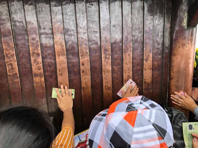 Khai Hội Xuân Yên Tử, du khách chen chân xoa tiền vào chùa Đồng - Ảnh 10.