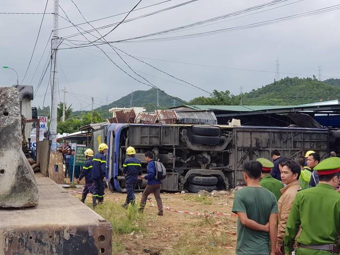 Xe khách lao vào nhà dân, 38 người bị thương, nhiều người nguy kịch - Ảnh 1.