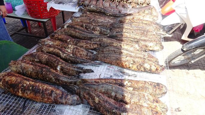 """Cá lóc nướng vía Thần Tài ở Đồng Tháp được gói bằng chiếc lá """"đặc biệt"""" - Ảnh 14."""