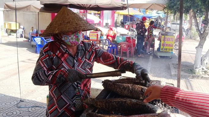 """Cá lóc nướng vía Thần Tài ở Đồng Tháp được gói bằng chiếc lá """"đặc biệt"""" - Ảnh 9."""
