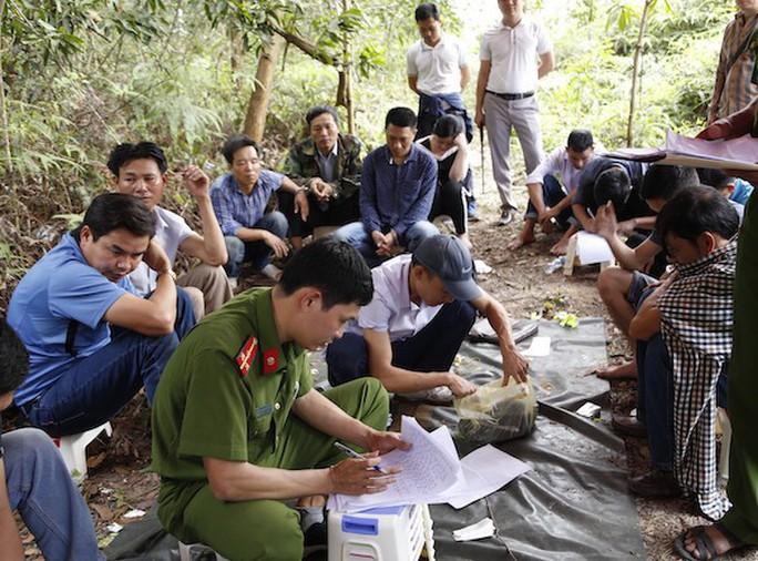 Bị vây bắt, 24 con bạc đang sát phạt trên đồi ném tiền, lao xuống hố ẩn nấp - Ảnh 1.