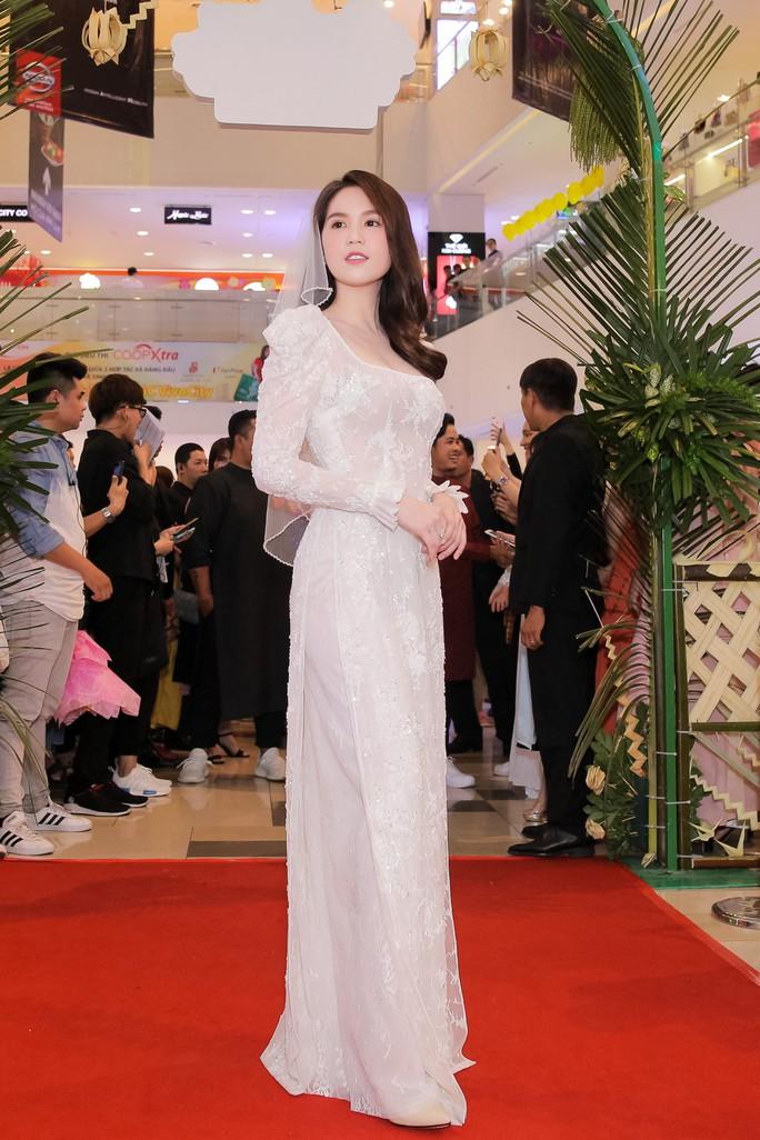 Ngọc Trinh và Diệu Nhi duyên dáng với đầm cô dâu - Ảnh 2.