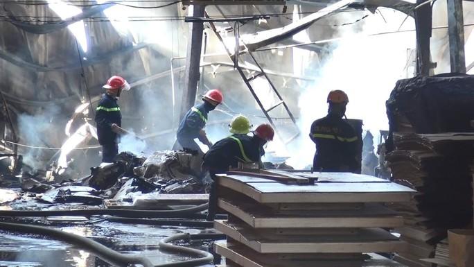Clip: Mùng 9 Tết, bà hỏa đốt công ty, công nhân chạy tán loạn - Ảnh 3.