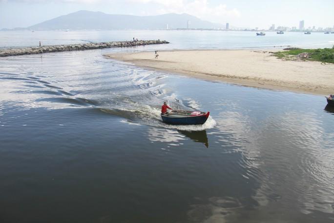 Đà Nẵng: Xuất hiện nước biển đen ngòm và bốc mùi hôi bất thường - Ảnh 2.