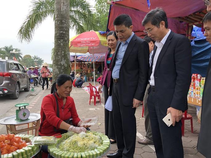 Kiểm tra an toàn thực phẩm tại đền Trần trước lễ khai ấn - Ảnh 1.