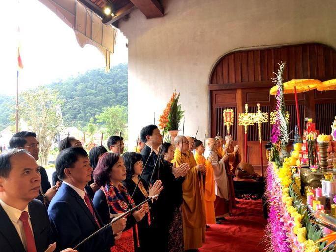 Khai Hội Xuân Yên Tử, du khách chen chân xoa tiền vào chùa Đồng - Ảnh 5.