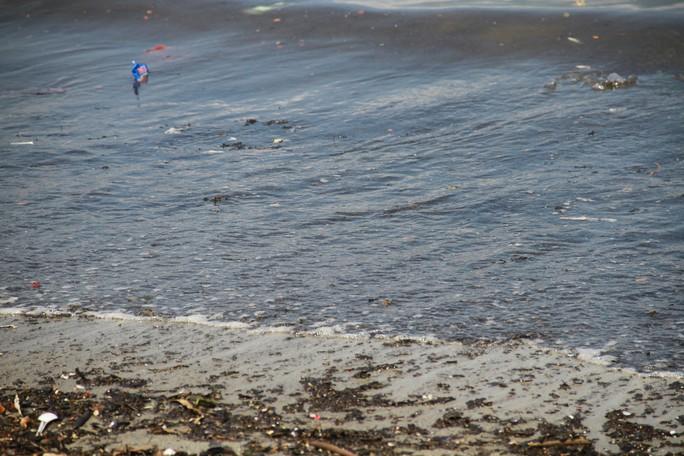 Đà Nẵng: Xuất hiện nước biển đen ngòm và bốc mùi hôi bất thường - Ảnh 3.