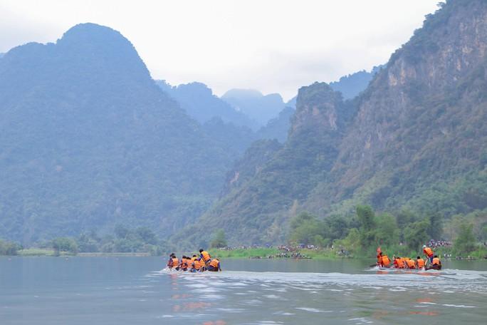 Độc đáo giải đua thuyền giữa lòng hồ thủy điện - Ảnh 1.