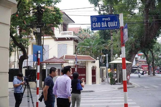 Nhiều phóng viên nước ngoài hiện diện bên ngoài Đại sứ quán Triều Tiên - Ảnh 2.