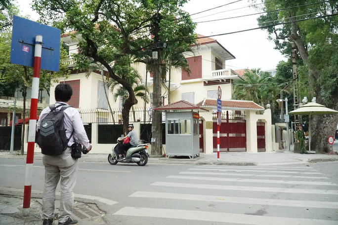 Nhiều phóng viên nước ngoài hiện diện bên ngoài Đại sứ quán Triều Tiên - Ảnh 7.