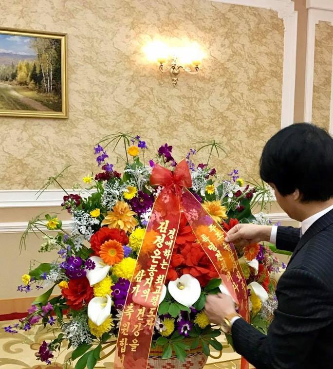 Đại sứ Việt Nam tại Triều Tiên chúc mừng sinh nhật Tổng Bí thư Kim Jong Il - Ảnh 2.