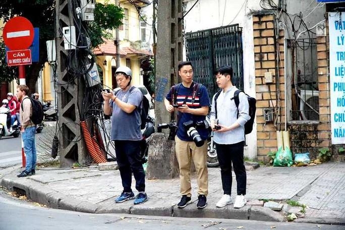 Nhiều phóng viên nước ngoài hiện diện bên ngoài Đại sứ quán Triều Tiên - Ảnh 8.
