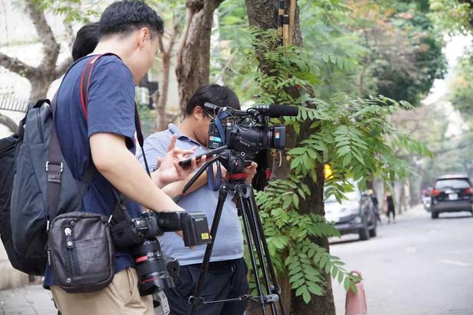 Nhiều phóng viên nước ngoài hiện diện bên ngoài Đại sứ quán Triều Tiên - Ảnh 4.